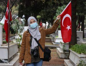 İzmir'deki şehitleri anma törenine kentte eğitim gören yabancı öğrenciler de katıldı