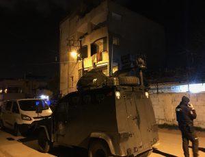 Adana'da 4 katlı binanın çatısından düşen 2 genç ağır yaralandı