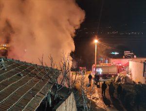 Alaşehir'de samanlıkta çıkan yangın söndürüldü