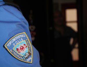 Amasya'da polis, Kovid-19'u önlemek amacıyla vatandaşlara evlerine giderek uyarıda bulunuyor