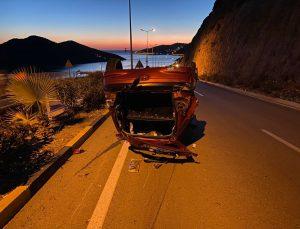 Antalya'da yol kenarındaki kayalıklara çarpan otomobilin sürücüsü öldü