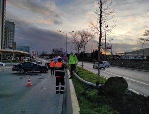 Ataşehir'de karşı şeride geçerek devrilen otomobilin sürücüsü yaralandı