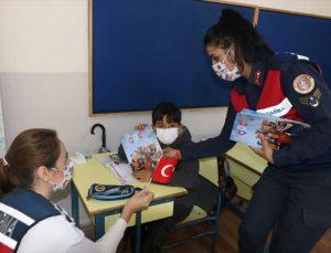 Aydın'da kadın astsubaylar öğrencilere Türk bayrağı hediye etti