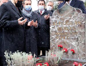 Bahçeli, partisinin yeni MYK ve MDK üyeleri ile Alparslan Türkeş'in anıt mezarını ziyaret etti
