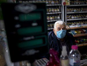 Beyoğlu'nun 70 yıllık bakkalı Kovid-19 nedeniyle ara verdiği mesleğine ve müşterilerine yeniden kavuştu