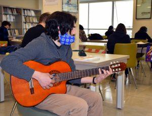 """Bursa'da kütüphanedeki gençlere """"sürpriz"""" müzik dinletisi sunuldu"""