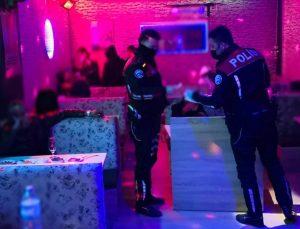 """""""Çok yüksek riskli"""" iller kategorisindeki Konya'da eğlence mekanında yakalanan 31 kişiye ceza"""