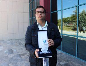 Denizli'de 3 aydır Kovid-19 tedavisi gören öğretim üyesi Pekcan, PAÜ'de yılın doktoru seçildi