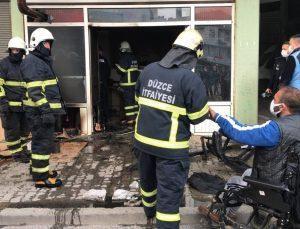 Düzce'de yanan iş yerini söndürmeye çalışan itfaiye erinden Türk bayrağı hassasiyeti