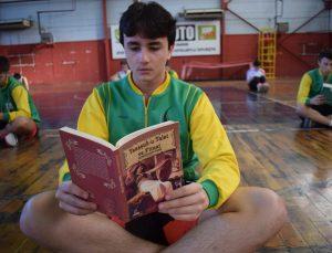 Düzceli basketbolcular önce kitap okuyor sonra antrenman yapıyor