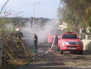 Fethiye'de evlerin arasındaki otluk alanda çıkan yangın söndürüldü