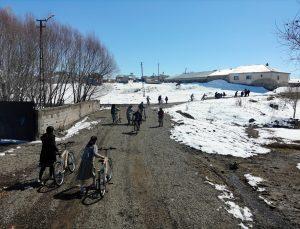 Gençlik ve Spor Bakanı Kasapoğlu, gönderdiği bisikletlerle Ağrılı öğrencileri sevindirdi