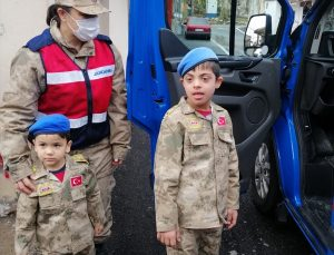 Hatay'da Jandarma down sendromlu çocuğa üniforma hediye etti