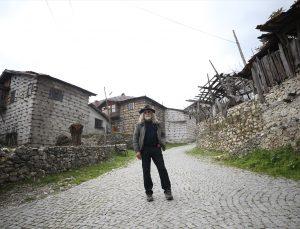 İhracatçılığı bırakıp köyüne dönen iş insanı turistlere gönüllü rehber oldu