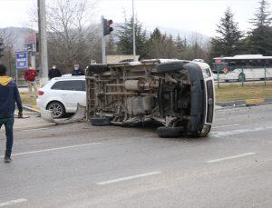 Isparta'da otomobil ile minibüs çarpıştı: 6 yaralı