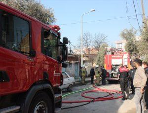 İzmir'de evde çıkan yangında dumandan etkilenen kadın hastaneye kaldırıldı