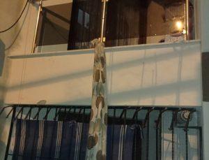İzmir'de girdiği evin balkonundan battaniye sarkıtarak kaçan hırsızlık zanlısını kamera kayıtları ele verdi
