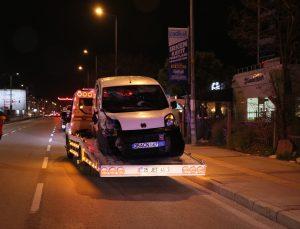 İzmir'de hafif ticari araç 2 otomobile çarpıp kaldırıma çıktı, 1'i polis 3 kişi yaralandı