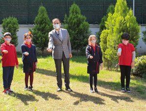 İzmir'de öğrenciler hazırladıkları tohum toplarını toprakla buluşturdu