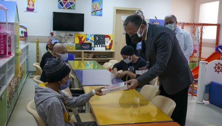 İzmir'de onkoloji tedavisi gören çocukların eğitimi için tablet bağışı
