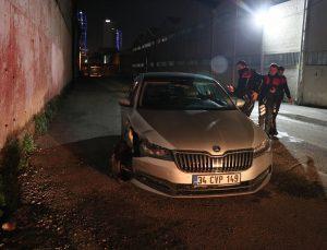 """İzmir'de sürücüsü """"dur"""" ihtarına uymayan otomobil polis aracına çarptı, 1 polis yaralandı"""