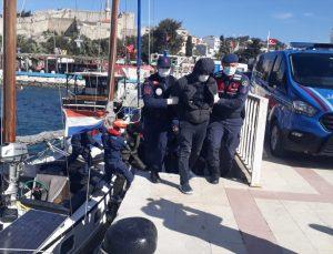 İzmir'de yasa dışı geçiş hazırlığındaki 51 düzensiz göçmen yelkenli yatta yakalandı
