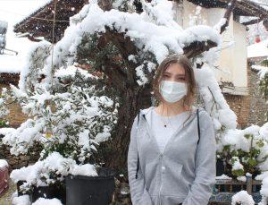 İzmir'in Ödemiş ilçesinde ender görülen kar, bölgedekilere keyifli anlar yaşattı