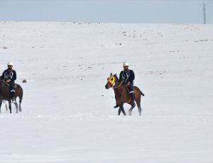 Kara kışta kesintisiz elektrik için karlı dağları at ve hediklerle aşıyorlar