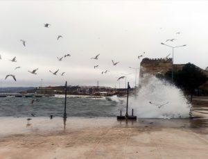 Karadeniz'de etkili olan fırtına Sinop sahilinde dev dalgalar oluşturdu