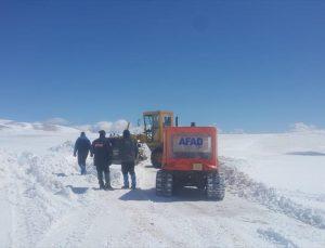Karaman'dan Mersin'e giderken kırsal alanda araçları kara saplanan 3 kişiden 2'si kurtarıldı