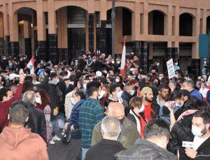 """Lübnan'da yüzlerce kişi """"geçiş hükümeti kurulması"""" talebiyle Meclis binasına yürüdü"""