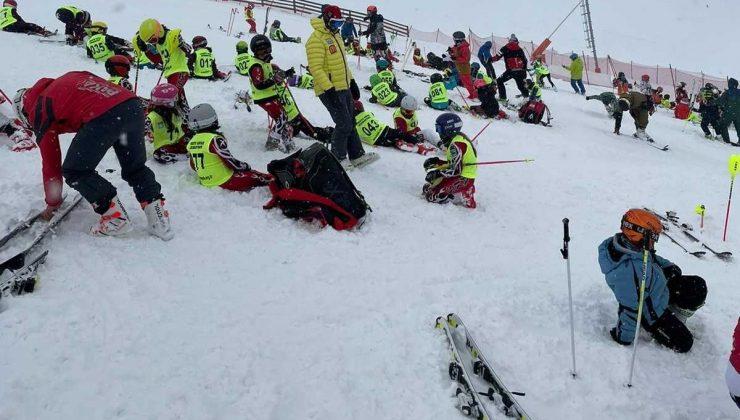 Minik kayakçılar Palandöken'de kar yağışı altında yarıştı