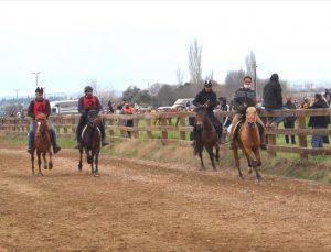 Ödemiş'te şehitleri anma etkinliği kapsamında rahvan at yarışları düzenlendi