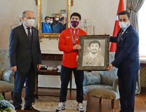 """Olimpiyat kotası alan milli sporcu Kerem Kamal, """"efsane güreşçi"""" olarak anılmak istiyor"""