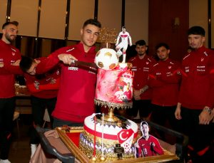 Ozan Kabak'ın doğum günü milli takım kampında kutlandı