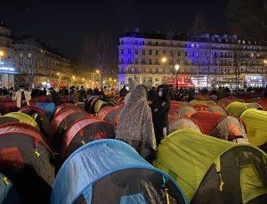 Paris'in ortasında düzensiz göçmenler hükümete tepkilerini göstermek için kamp kurdu