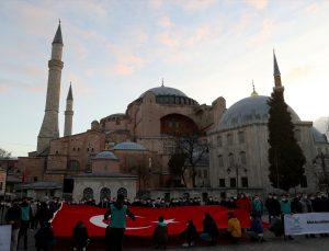 TÜGVA üyeleri Ayasofya-i Kebir Camii önünde İstiklal Marşı okudu