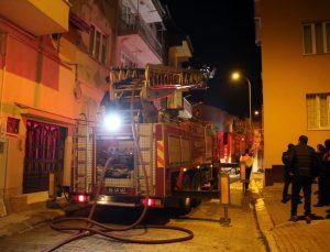 Uşak'ta bir apartmanın çatısında çıkan yangın söndürüldü