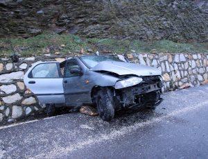 Uşak'ta istinat duvarına çarpan otomobildeki 3 kişi yaralandı