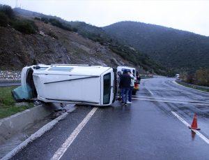Uşak'ta minibüs devrildi: 3 yaralı