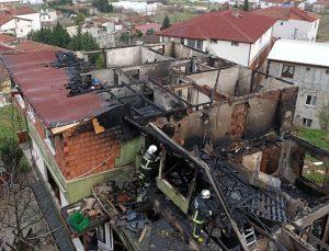 Yalova'da çatıda başlayan ve binayı saran yangın itfaiye ekiplerince söndürüldü