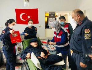 Zonguldak'ta bedensel engelli gencin yüzünü jandarma ekipleri güldürdü