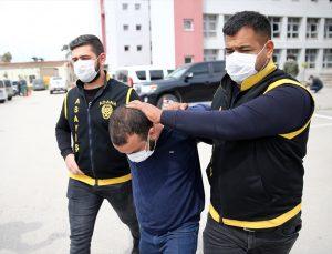 Adana'da arkadaşının boğazına bıçak dayayarak görüntü çeken zanlı yakalandı