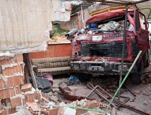 Aksaray'da freni boşalan kamyonun çarpması sonucu duvarı yıkılan evdeki çocuk yaralandı