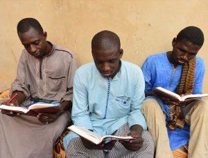 Almanya'dan Senegal'e giden Türk heyeti, hafızlık yapan öğrencilere Kur'an-ı Kerim hediye etti