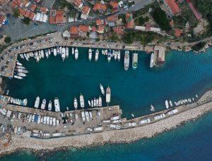 Antalya'da turistleri eşsiz koylarla buluşturan tekneler denize indirilmeye başlandı