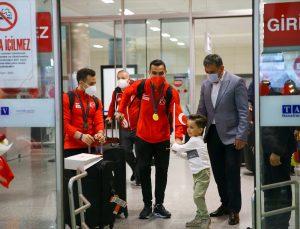 Avrupa Artistik Cimnastik Şampiyonası'nda mücadele eden milli sporcular, İzmir'e geldi