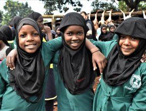 Avrupa'da yaşayan Türk vatandaşları Uganda'da 11 okul ve cami bahçesinde kardeşlik sofraları kuruyor