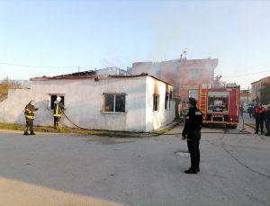 Aydın'da itfaiye yangın çıkan evin bulunduğu sokağa giremeyince polisler kovalarla su taşıdı