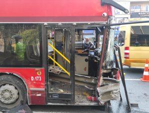 Beşiktaş'ta bariyerlere çarpan çift katlı otobüsteki bir yolcu hayatını kaybetti